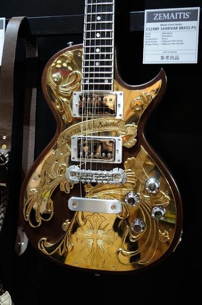 楽器フェア2014_ゼマイティス金ぴかエレキギター.JPG